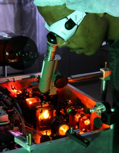 Doctoral student Sandile Ngcobo conducts a laser experiment. Courtesy of CSIR.